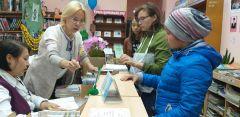 Школьники ходят в библиотеку с мамами, чтобы выбрать книги из списка для летнего чтения. Фото автораЧитать – не перечитать Территория культуры