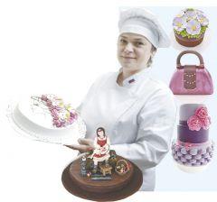 Ирина Щетинина 26 лет работает кондитером, а  последние четыре года — технологом. Главная ее задача — придумывать новые изделия, но и в оформлении тортов принимает участие, особенно когда заказов много, любит это дело.Планета сладких женщин  Человек труда