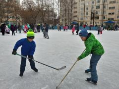 Первоклассник Матвей (в синей куртке) и четвероклассник Матвей (в зеленой куртке).Хоккейная коробка в Ельниково открыта! хоккейная коробка
