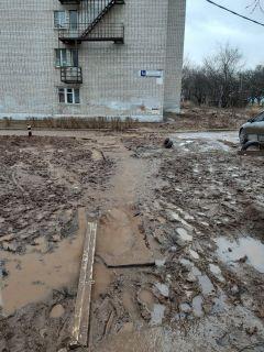 Так было 13 марта 2020 года. Фото автораДорога в школу, памятник и машины под окном