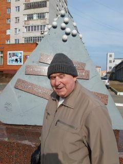 Владимир Александрович, пенсионерДорога в школу, памятник и машины под окном