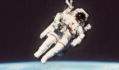 В СШАскончался астронавт, первым вышедший вкосмос безстраховки
