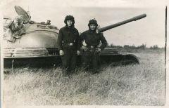С.Костров (справа) с наводчиком у Т-54. Фото из архива С.КостроваТанкист-целинник Дембельский альбом