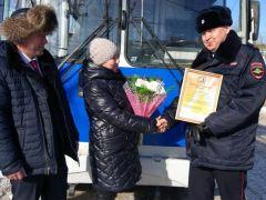 Цветы - прекрасным водителямГИБДД Чувашии подарила цветы женщинам-водителям троллейбусов ГИБДД праздник 8 марта