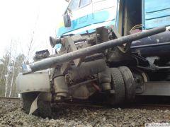поезд столкнулся с грузовикомПо дороге из Новочебоксарска в Канаш поезд столкнулся с грузовиком происшествие крушение