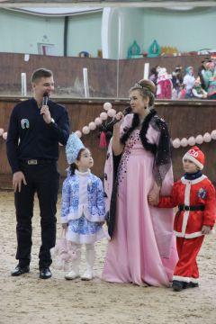 """Новый год на """"Зимней подкове"""". Ведущая праздника Вероника Култакова и ее маленькие помощники.К победе на коне!"""