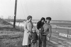 Фотограф Виталий Никифоров с супругой и сыновьями Игорем и Павлом. 1982 год. Съемка произведена при помощи автоматического спуска затвора фотоаппарата.Есть что вспомнить