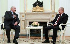 Лукашенко подарил Путину к Новому году сало и четыре мешка картошки