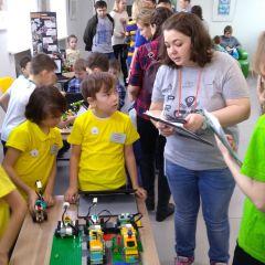"""Дети под руководством взрослых наставников собирают роботов из элементов """"Lego"""". От """"Лего"""" до космоса. Участники """"ProFest-2019"""" показали, на что способны их роботы Цифровая Чувашия ProFest-2019"""