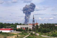 Взрыв на заводе. Фото: Михаил Солунин / ТАССБолее 80 человек пострадали при взрывах в Дзержинске пожар