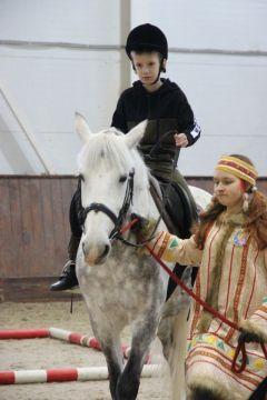 Участников на соревнованиях страхуют волонтеры — учащиеся конноспортивной школы. Фото автора К победе на коне!