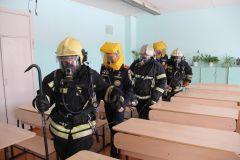 """Пожарные вывели учеников из """"огненного мешка"""", предварительно надев на них средства защиты.Вместо звонка — тревожная сирена Безопасность"""