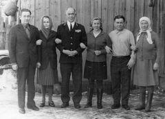 Анатолий Петров (в центре) с супругой и родными.Помогите найти однополчанина  Бессмертный полк