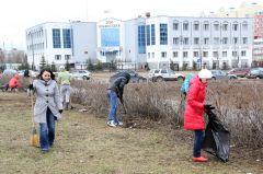 Врачи и медсестры горбольницы убрали от мусора улицу Советскую возле Дома правосудия.  Фото Марии СмирновойВесеннее очищение Субботники