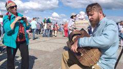 Павел Широглазов с колесной лирой. Звон колокольный снова над Волгой Чебоксары-550 550 лет Чебоксарам