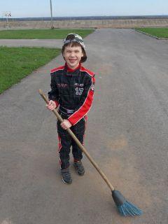 7-летний Дамир Хусаинов очень рад возможности тренироваться на набережной, готов даже сам приводить её в порядокКартингистам Новочебоксарска разрешили тренироваться на набережной картинг