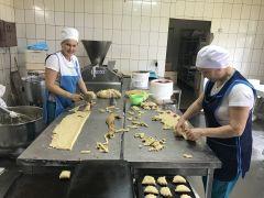 """Ирина Павлова, """"Лучший кондитер — 2018"""" (слева): """"При формировании выпечки нужна большая скорость, чтобы тесто не затянулось и получилось пышное, вкусное изделие"""".Главный продукт человечества Хлеб насущный"""