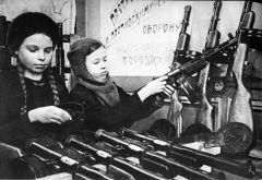 Женщины и подростки работали на эвакуированном из Ржева заводе по ремонту оружия. Архивное фотоАлатырь — родина сильных духом Город трудовой доблести