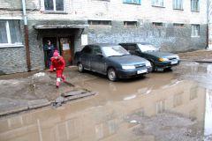 Жильцы домов № 12 и 14 по ул. Комсомольской выходят утром из дома и преодолевают лужу. Фото Анны АНФИМОВОЙМэр наводит порядок Из первых уст