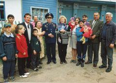 Летчик-космонавт Андриян Николаев у родного дома в селе Шоршелы с родственниками и сельчанами. С мандатом депутата День космонавтики