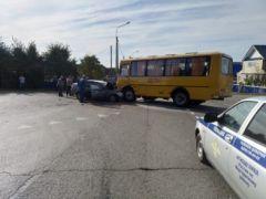 """Школьный автобус не уступил дорогу """"Ладе-Приоре"""": погибли водитель и его семилетнаяя дочь"""