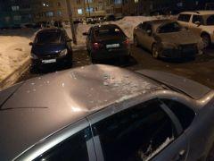 Под тяжестью снега железная крыша автомобиля прогнулась, словно фольга. Фото из личного архива А.БорзинаПадал  прошлогодний снег