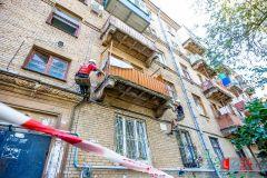 Опасно не только выходить на такой балкон, но и ходить под ним. Фото с сайта www.l34.newsРемонт балкона: за чей счет? Приемная ЖКХ