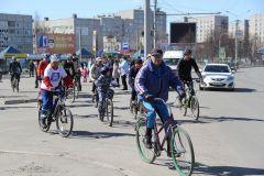 """Поехали! Самое начало велопробега. Фото Марии СМИРНОВОЙ""""Солнце на спицах"""" – экипажу МКС велопробег"""