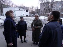 Члены мобильной бригады обсуждают увиденное после посещения каждой семьи. Фото автораДетство без опасностей семья профилактика