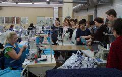"""Активисты женских советов и клубов города увидели, как трудятся работницы швейной фабрики """"Пике"""", и приняли в свои ряды вновь созданную на предприятии общественную организацию женщин. Фото автора Прирастают проектами и числом Современница"""