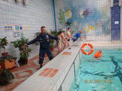 На занятиях в игровой форме показывали, как правильно заходить в воду, надевать спасательный жилет, способы оказания помощи и транспортировки утопающего. Горе-пловцу доплыть до берега помогли спасатели