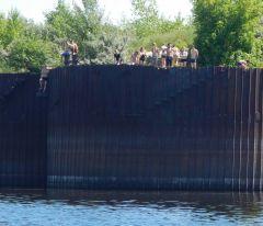 В подходном шлюзовом канале подростки и дети прыгают с грузового причала.  Фото предоставлено ГИМС НовочебоксарскаОткрытый водоем — зона риска! Спасатели предупреждают