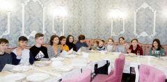 """Ужин в кафе """"Планета"""" был великолепным: салат, первое, второе и восхитительный десерт — подарок детям и их сопровождающим от шеф-повара этого заведения Виктора Григорьева. Дети не только вкусно поели, но еще и пообщались с Виктором.Единомышленники добрых дел Я - волонтер Волонтерство"""