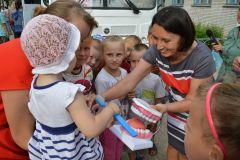 Заведующая детским отделением Лилия Гафурова обучает детей правильно чистить зубы.50 лет на страже здоровья горожан