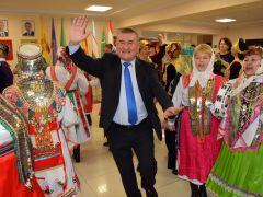 Узбек Абдували Ергашев вместе с чувашским фольклорным коллективом приветствует гостей.Навруз – весенний Новый год Навруз Моя Держава