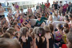 После официальной части Даша и Никита продолжили общение с юными гимнастками в более теплой атмосфере.Мне бы хоть пальчиком до них дотронуться! Чемпионы