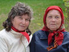 90-летняя Александра Васильевна Иванова (справа) и ее соседка Полина Чернова-Иванова.Со слезами на глазах День Победы