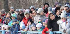 Сотни детей вместе с родителями завороженно наблюдали за обрядом сжигания Масленицы.Солнце, блины  и весеннее настроение Масленица-2019 Город счастливых семей