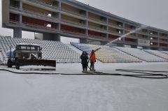 Заливка идет полным ходом. Фото Александра СидороваПод коньками лед искрится