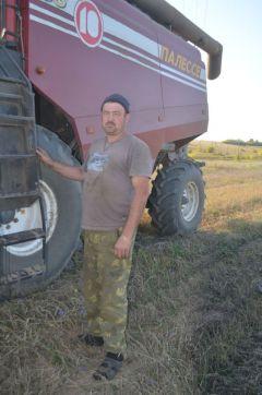 """Денис Гаврилов работает комбайнером 20 лет: """"""""Нравится зерно убирать. Нравится — и всё тут!""""Нравится зерно убирать. И все тут! Человек труда Есть такая профессия"""