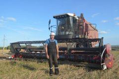 """Владилен Антонов, 49 лет, из деревни Сятракасы.""""Грани"""" узнали каково это быть комбайнером Человек труда"""