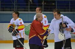 Дмитрий Зубов благодарит за игру команду Кабинета Министров ЧР.Хоккей на высшем уровне  хоккей