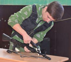 В Новочебоксарске будущие полицейские показали школьникам как маршировать и владеть оружием школа полиция Детская полицейская академия День полиции 17 школа