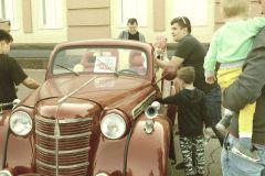 Даже самые маленькие не хотели уходить с выставки. Фото автораЗавернули  из военной эпохи ретроавтомобили