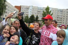 Фото Марии СМИРНОВОЙ«Зарядку со звездой» в Новочебоксарске посетил М.Игнатьев 55 лет Новочебоксарску