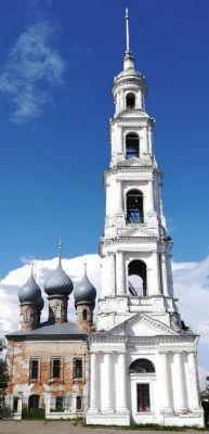 Потрясающая пятиярусная колокольня затмевает своей высотой и масштабом все здания в городе. Восхитительная 70-метровая башня стала символом Юрьевца. Сооружение возвели в начале XIX века, изначально здание относилось к Входоиерусалимскому собору (слева).Всего на век моложе Москвы Путешествуем по России