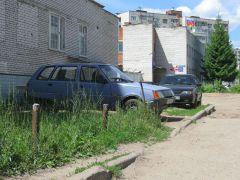 """На """"Восточке"""" машины стоят на газонах круглый год. Фото автораА.СИРОТКИН: Собственникам жилья пора  становиться настоящими хозяевами  Дежурный по микрорайону"""