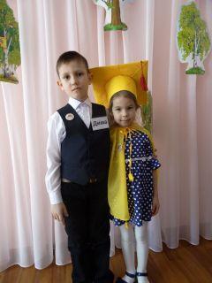 Дима Васильев изучал тайны снежинок и пробовал вырастить шестигранную красавицу дома. Кира Алексеева исследовала радугу и создавала ее дома в стакане.В ученые – с детского сада Наука и творчество Дошколенок