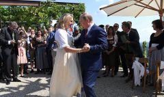 Dk4zfh2W4AAkZgR.jpegПутин станцевал с главой МИД Австрии Вдадимир Путин