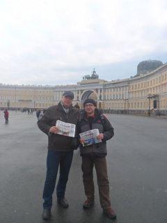 Геолог Михаил Егоров (справа), который скоро отбудет в командировку в Антарктиду, и постоянный читатель нашей газеты Артем Жарков на Дворцовой площади в Санкт-Петербурге Попади в газету